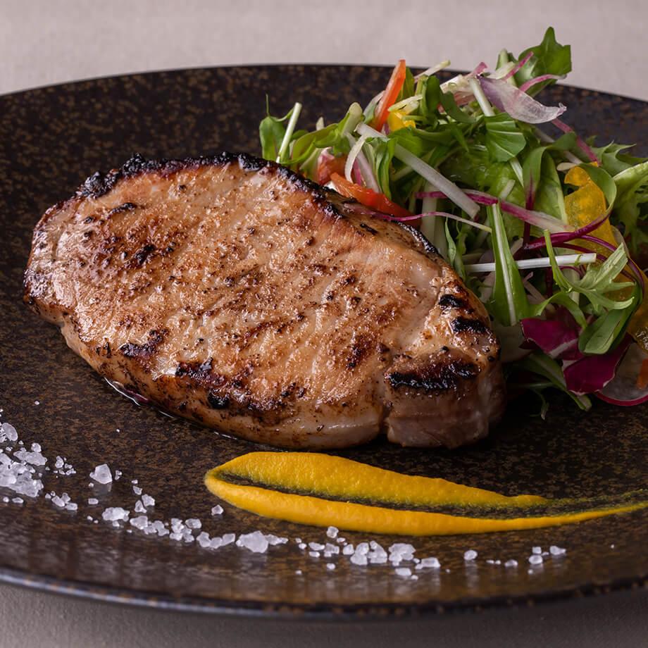 新潟産越の鶏骨付きモモ肉フレッシュトマトソース
